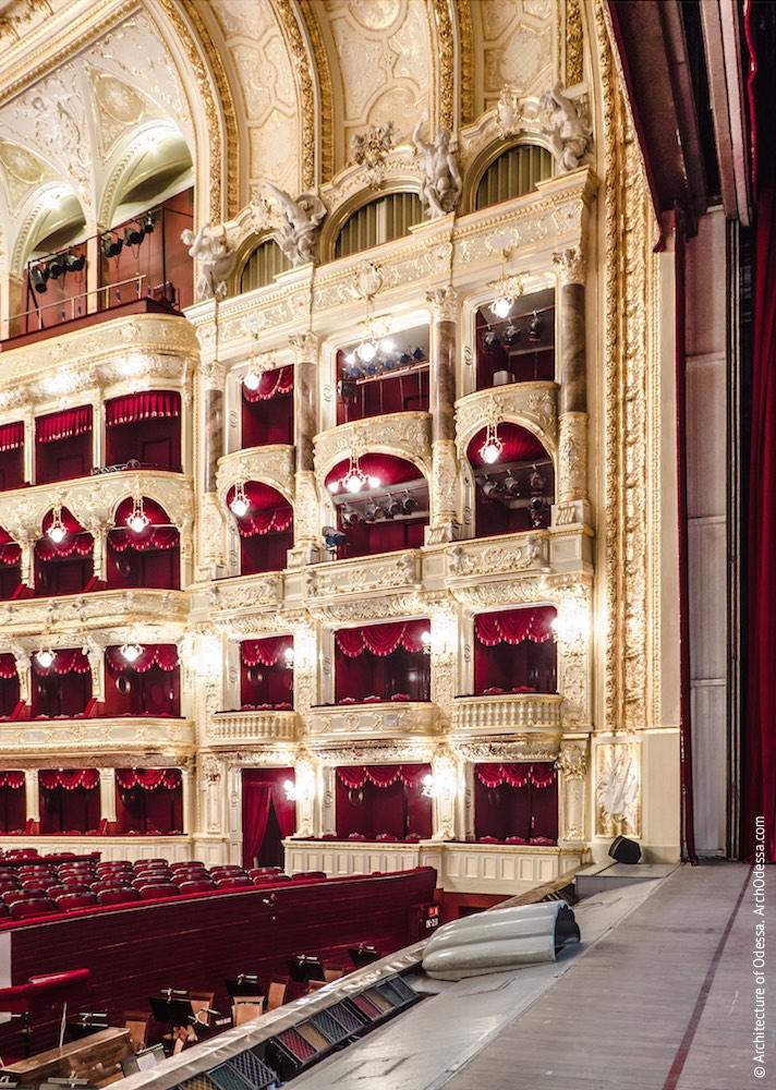 Общий вид балконов слева от оркестровой ямы