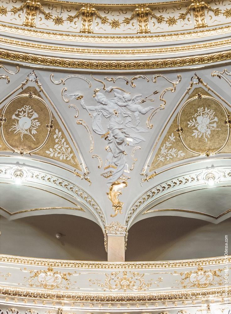 Один из сюжетных лепных барельефов над аркадой третьего яруса