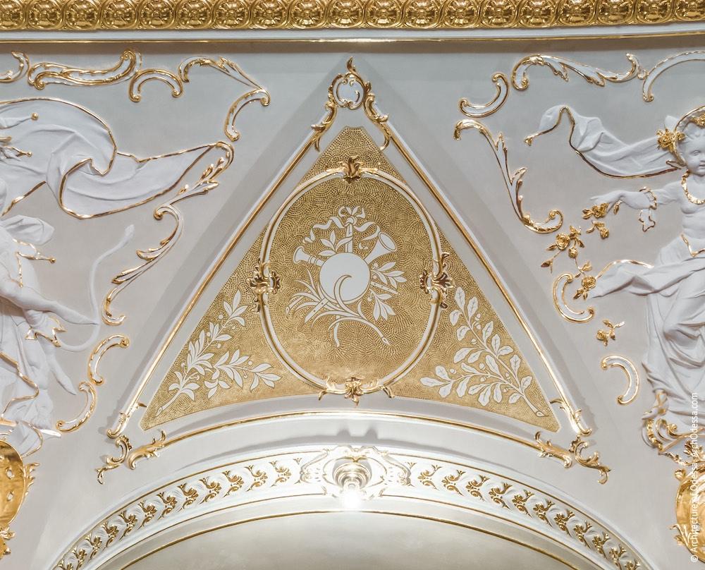 Роспись позолотой над одним из проемов аркады третьего яруса