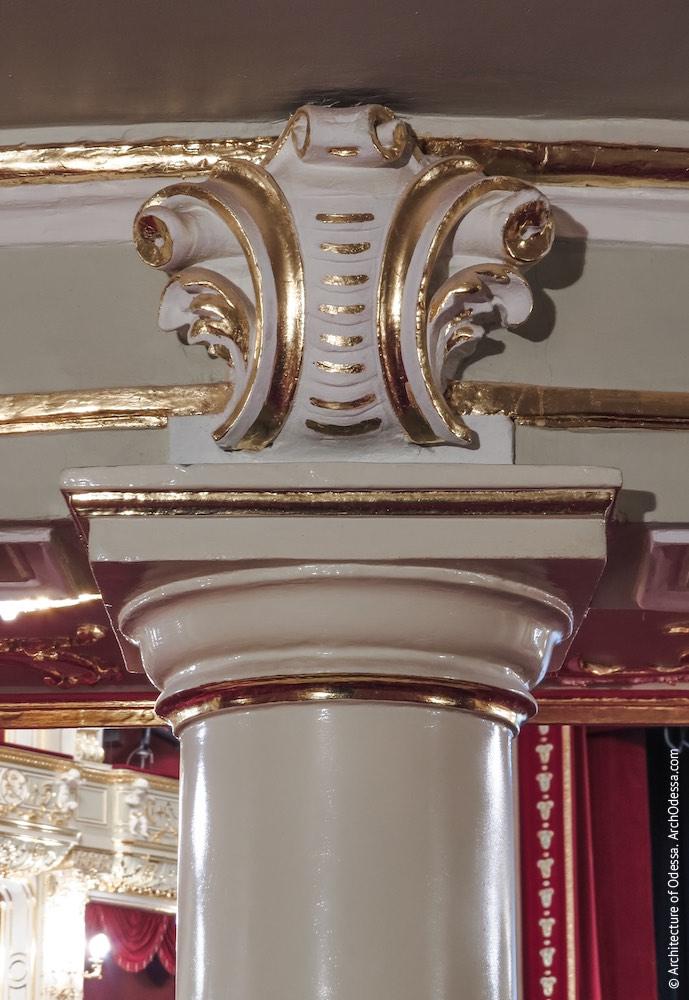 Картуш над капителью колонны с тыльной стороны
