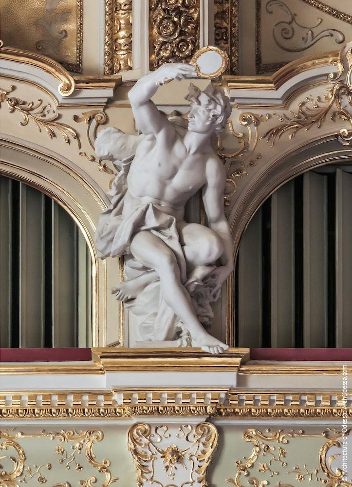 Одна из статуй над балконами