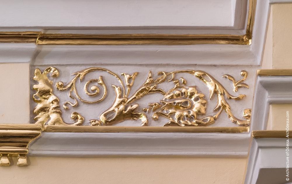 Лепная деталь над проемом двери, ведущей в фойе
