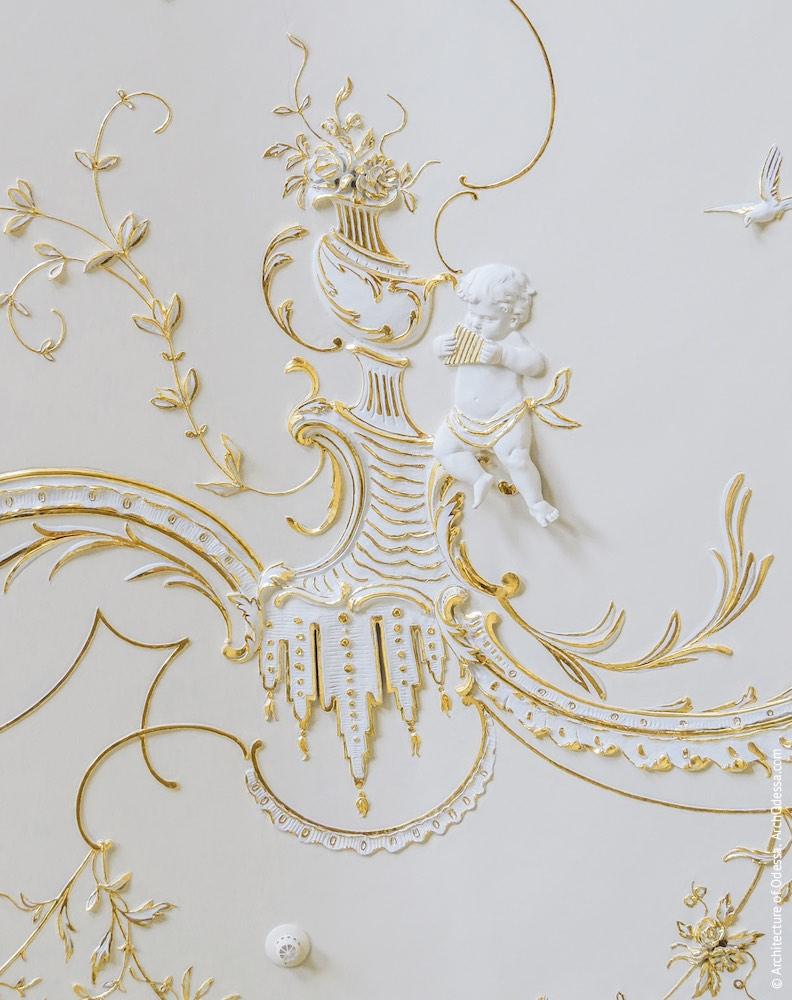 Путти и фрагмент лепного декора