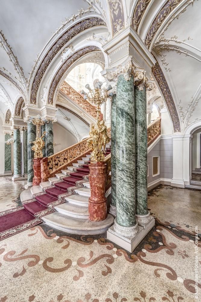 Общий вид подножия лестницы