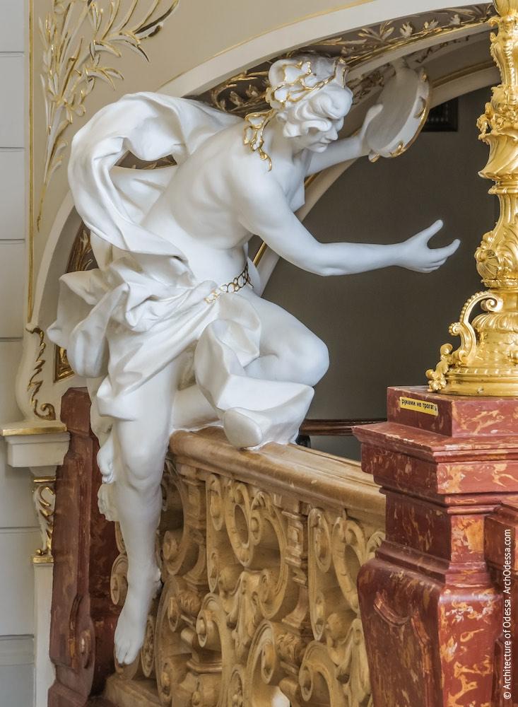 Скульптура музы под верхней площадкой