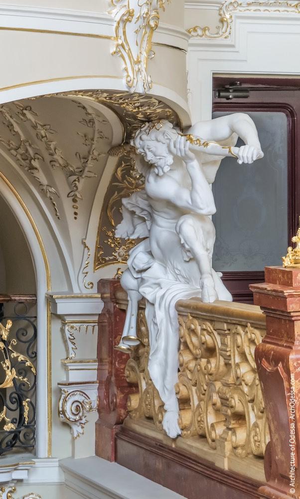 Скульптура фавна под верхней площадкой