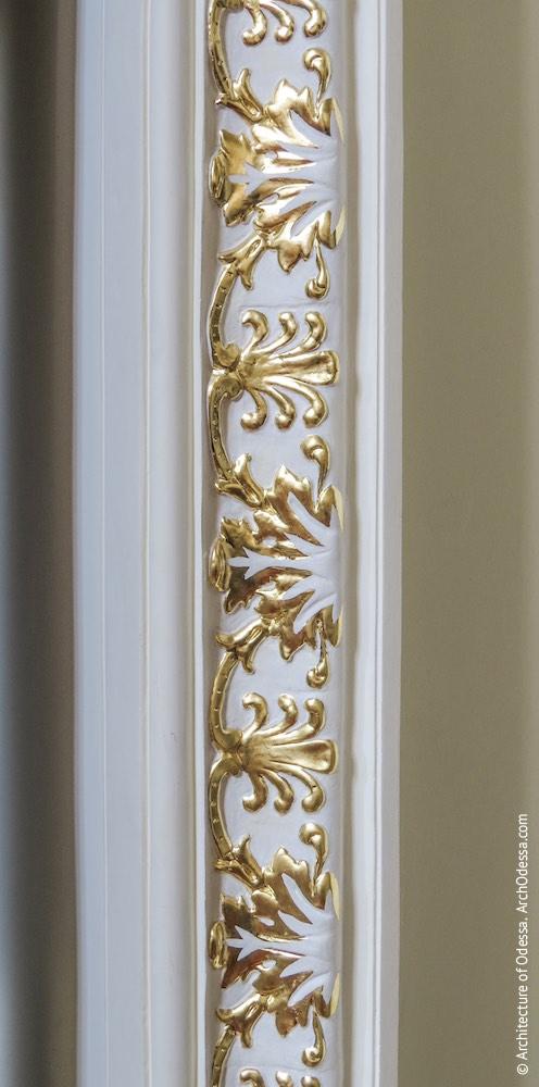 Дверь, ведущая с площадки между нижним и средним пролетами в технические помещения, фрагмент обрамления