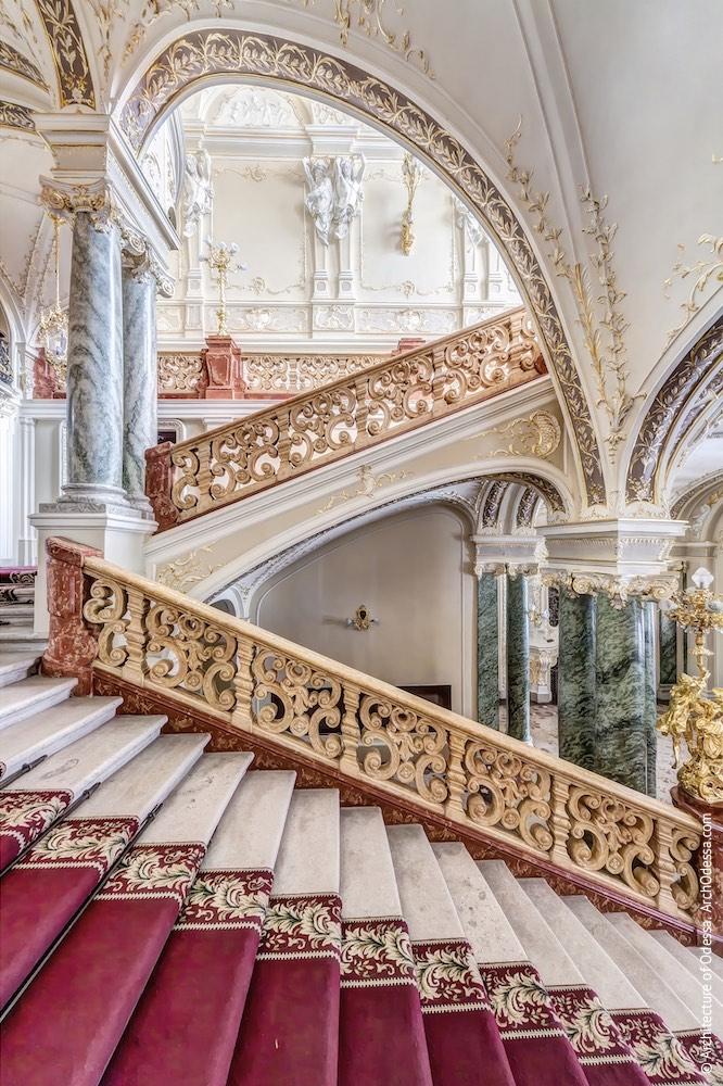 Вид лестницы с нижнего пролета