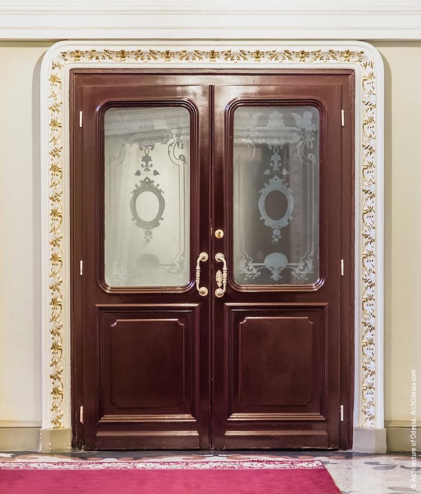 Дверь, ведущая с площадки между нижним и средним пролетами в технические помещения