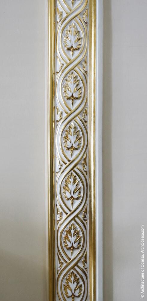 Орнаментальная тяга обрамления камина и фальшзеркала