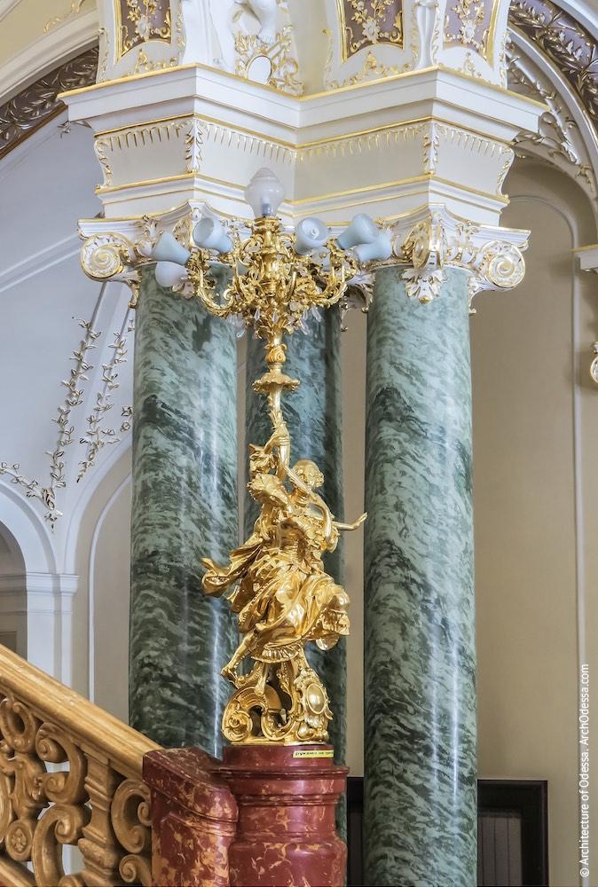 Подножие лестницы, декоративный фонарь, колонны