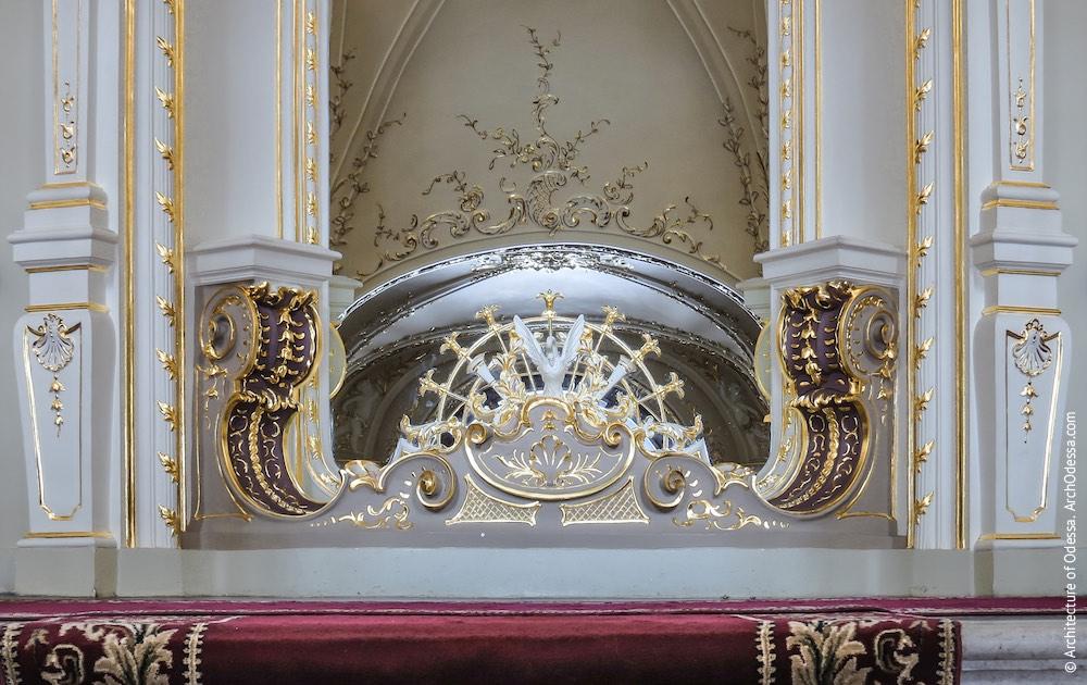 Зеркало в перспективе нижнего пролета, деталь отделки