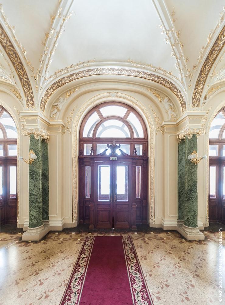 Вид центральной двери входа