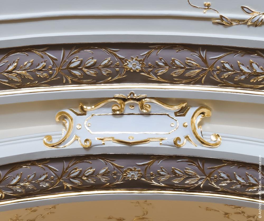 Стилизованный лепной свиток над центральным проемом лестницы