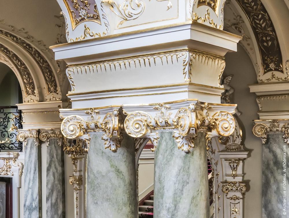 Капители колонн, поддерживающих верхнюю площадку
