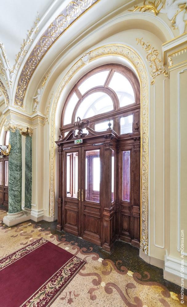 Вид центральной двери входа и тамбура