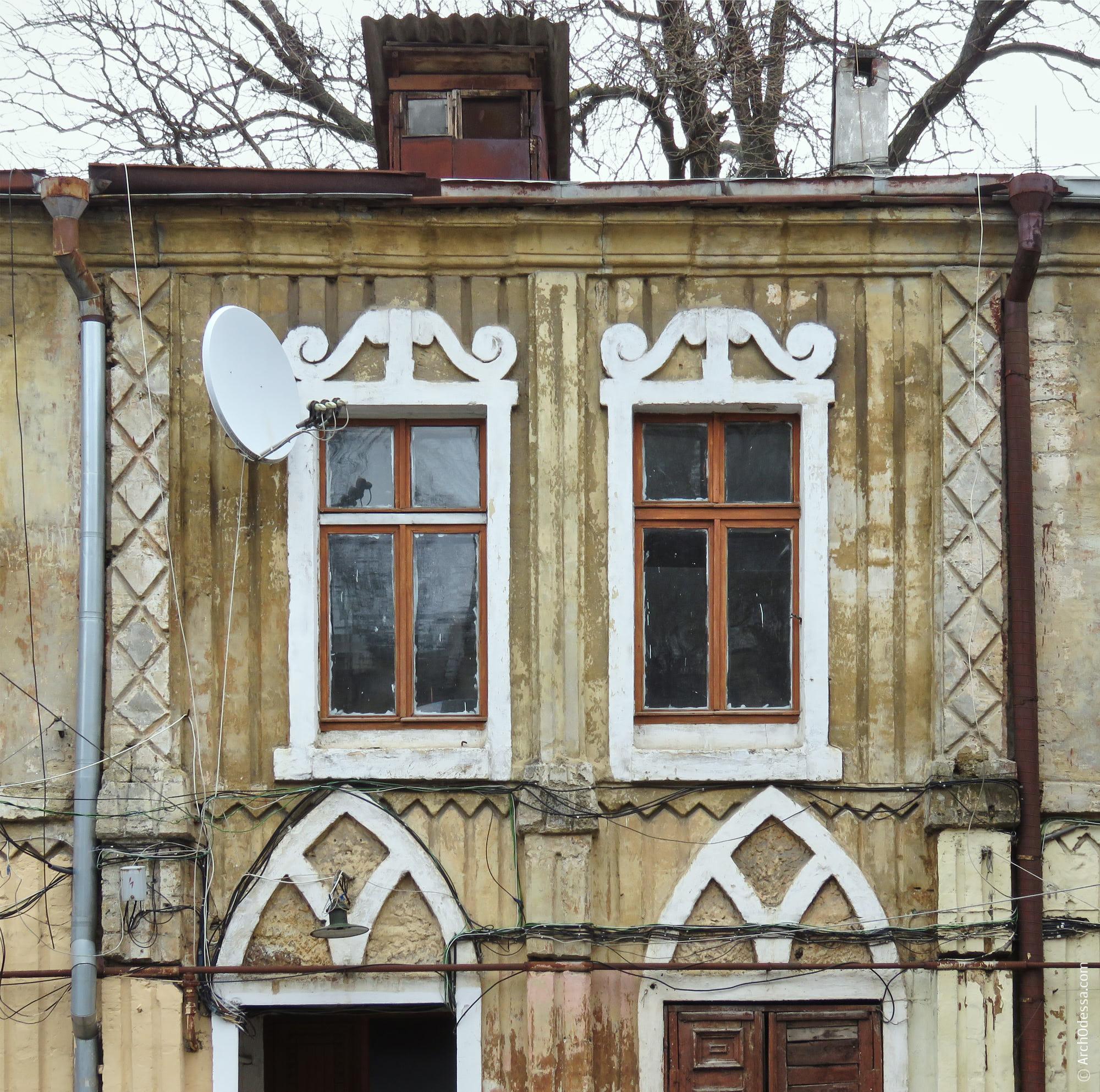 Окна лестничных осей и их наличники