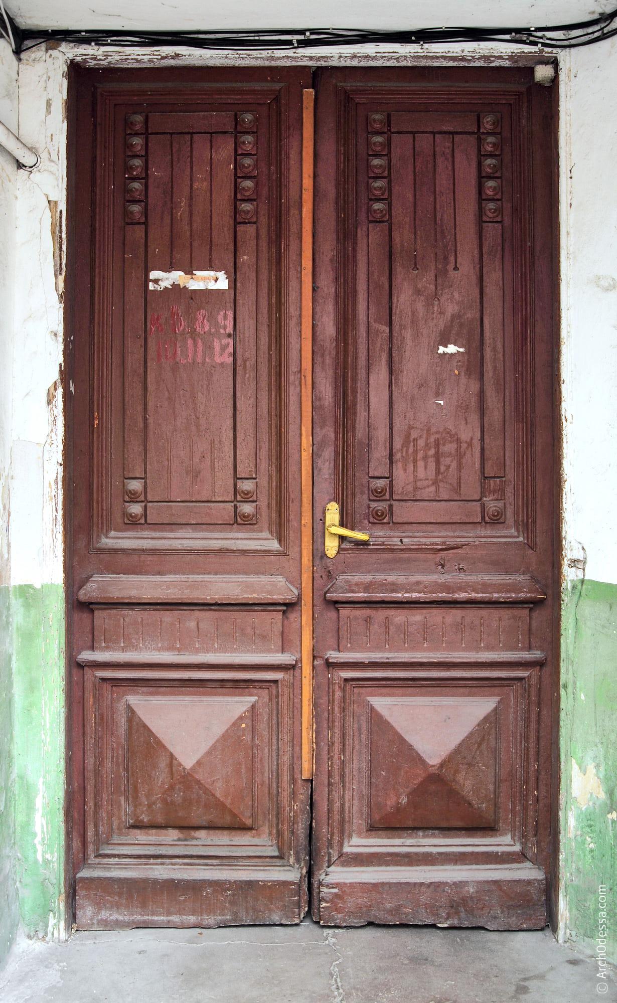Дверь главного подъезда