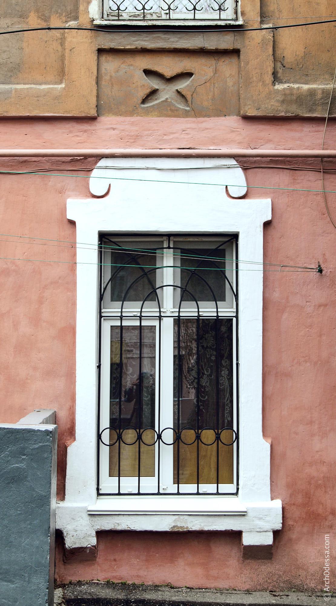Окно левой части фасадной плоскости