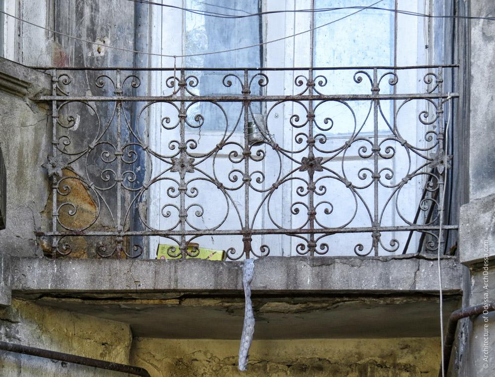 Балкон с эклектическими ограждениями в углу на стыке крыльев