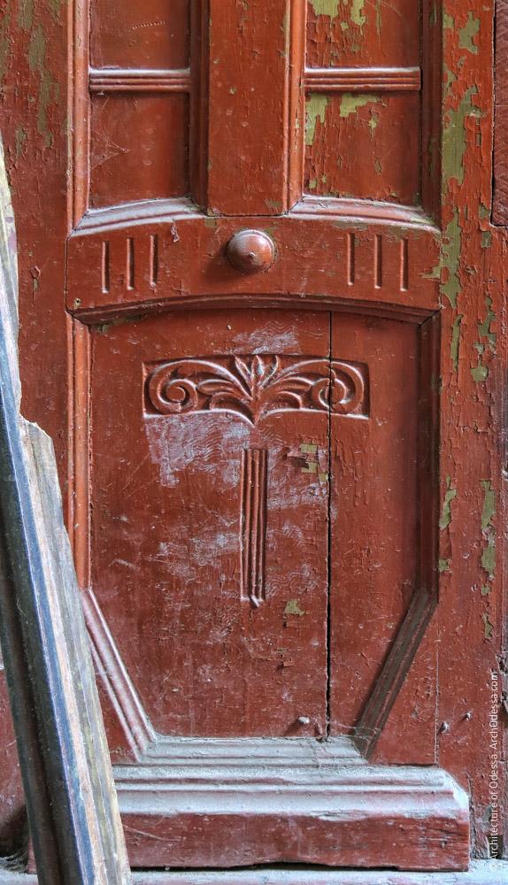 Квартирная дверь, нижняя часть створки