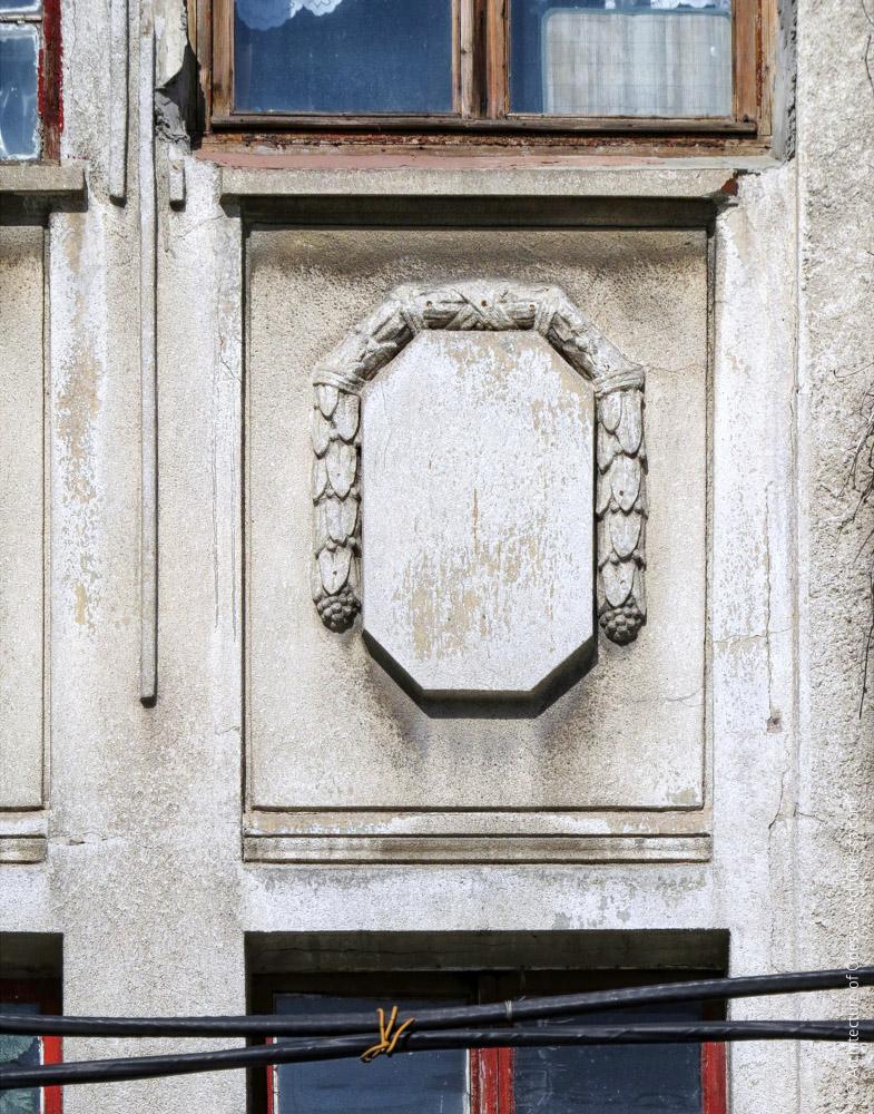Одна из филенок между окнами второго и третьего этажей