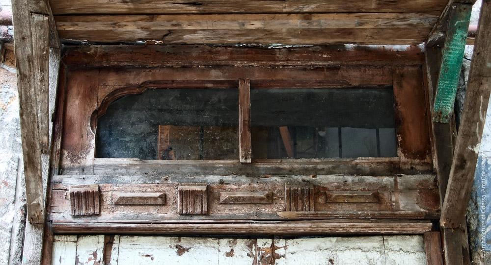 Оригинальная фрамуга подъездной двери