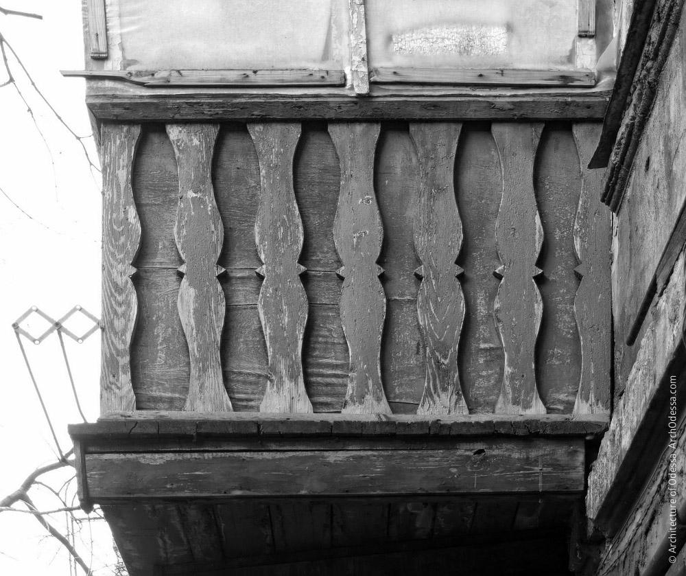 Балкон с деревянными ограждениями