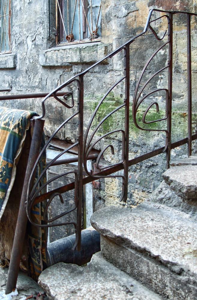 Ограждения лестничной веранды над полуподвальным приямком