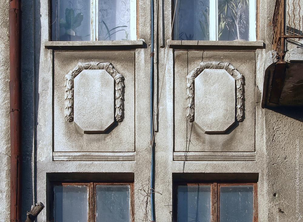 Филенки между окнами второго и третьего этажей