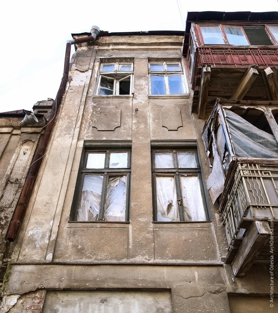 Фрагмент правой части фасада, вид снизу вверх