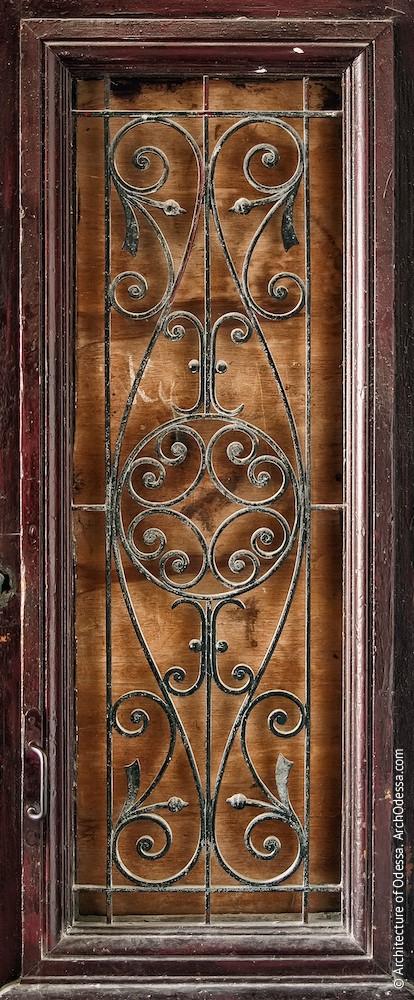 Квартирная дверь, решетка проема створки