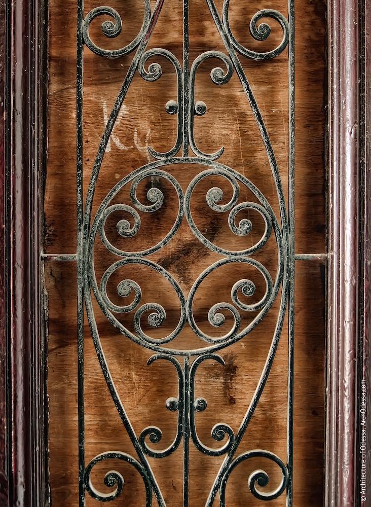 Квартирная дверь, решетка проема створки, фрагмент