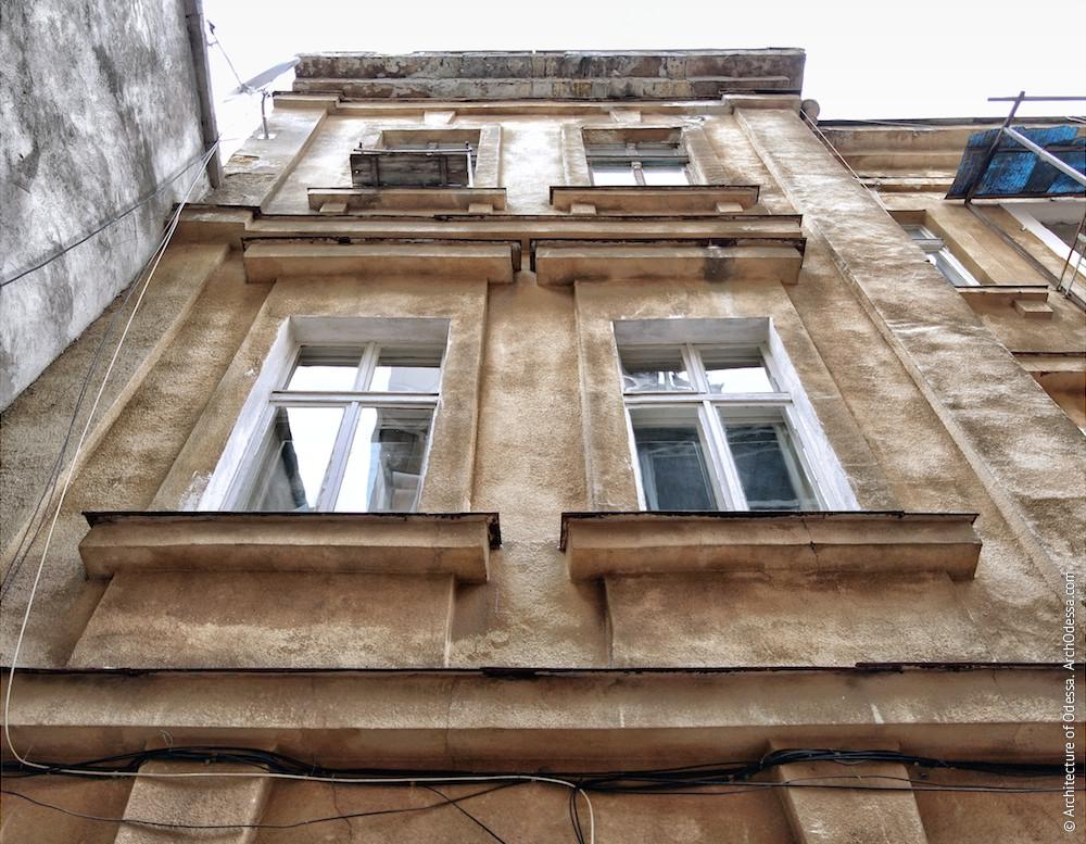 Фрагмент фасада, вид снизу вверх
