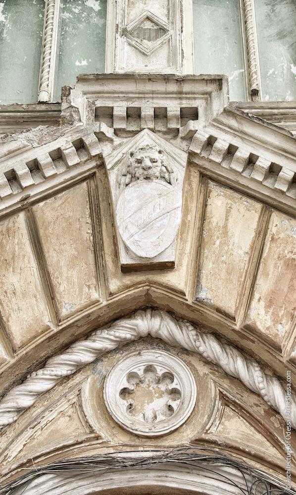 Замковый камень и розетка (до реставрации)