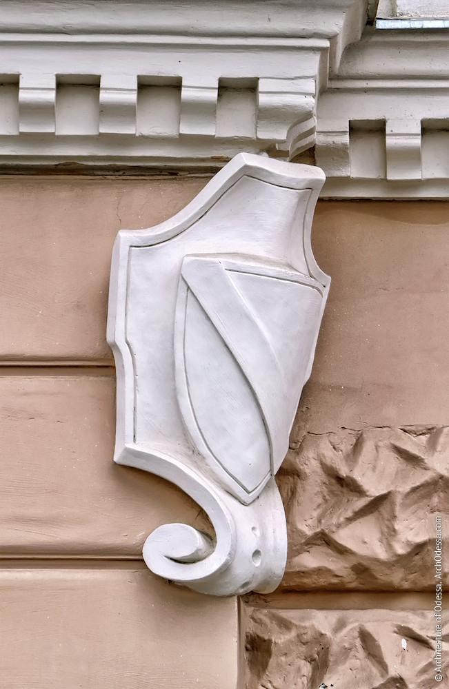 Геральдический элемент на внешнем углу портала (правосторонний)