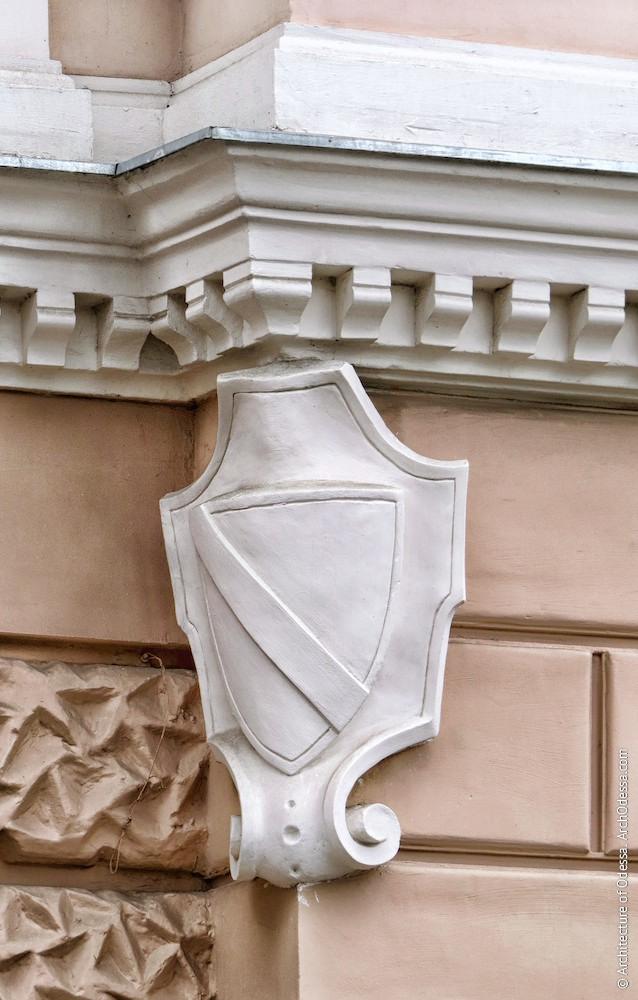 Геральдический элемент на внешнем углу портала (левосторонний)