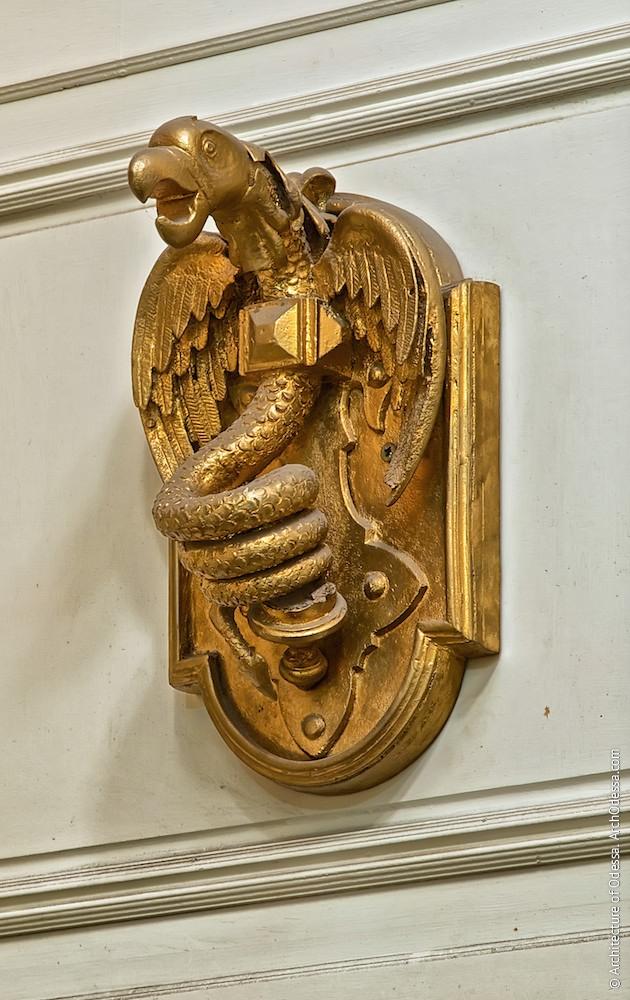 Один из оригинальных флагодержателей, сохранившийся в интерьере офисного помещения на первом этаже