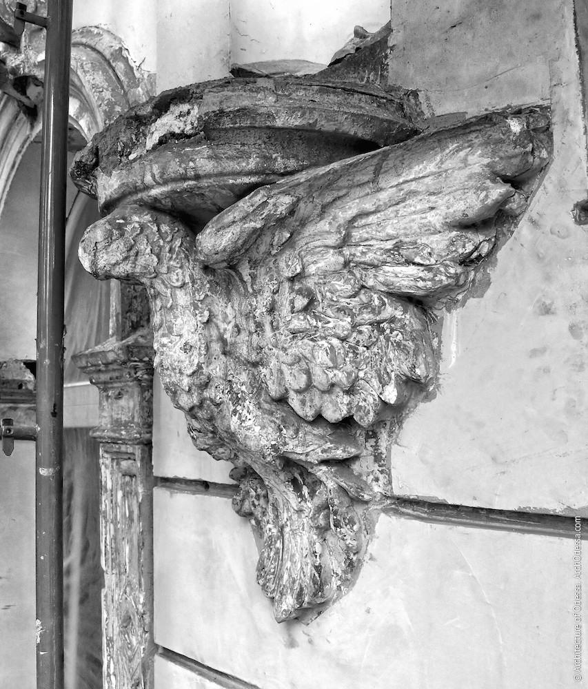 Один из орлов (до реставрации)