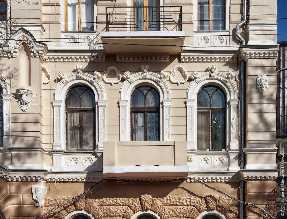 Общий вид окон и балкона (в процессе реставрации)