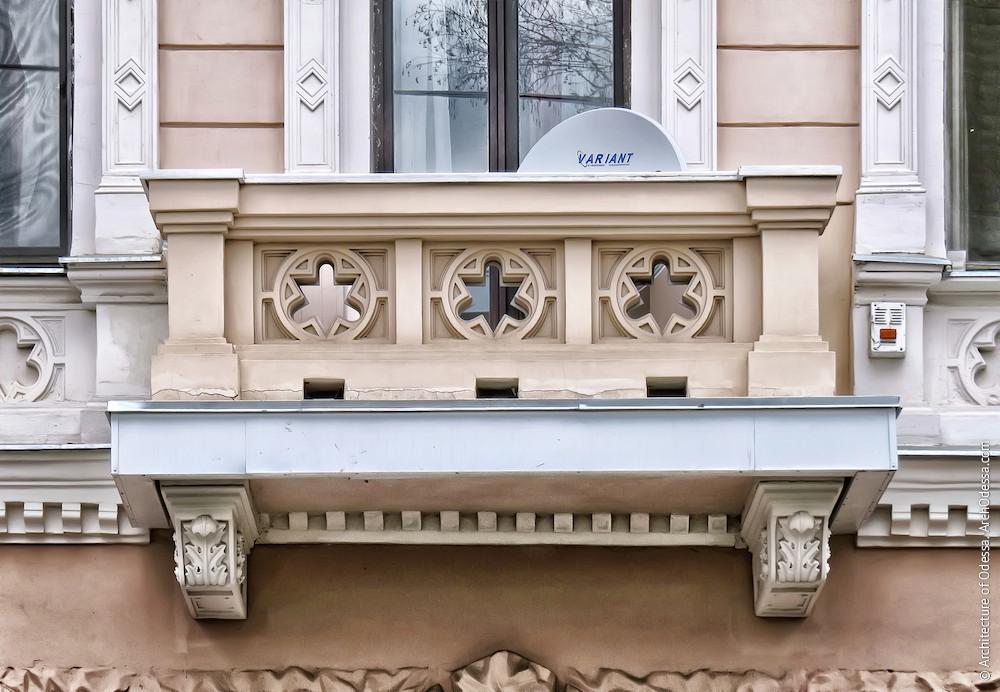Один из балконов, общий вид