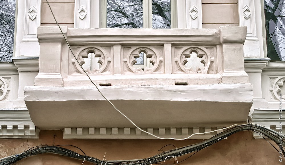 Один из балконов, общий вид (в процессе реставрации)