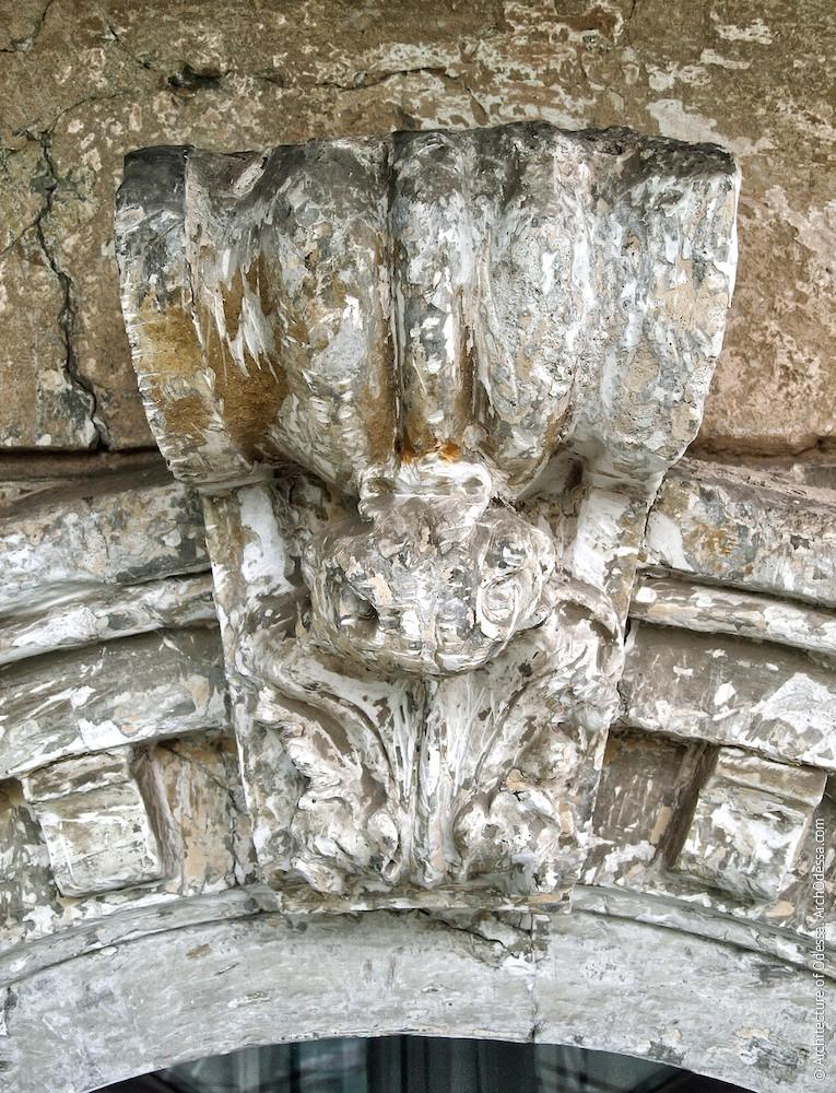 Замковый камень (до реставрации)