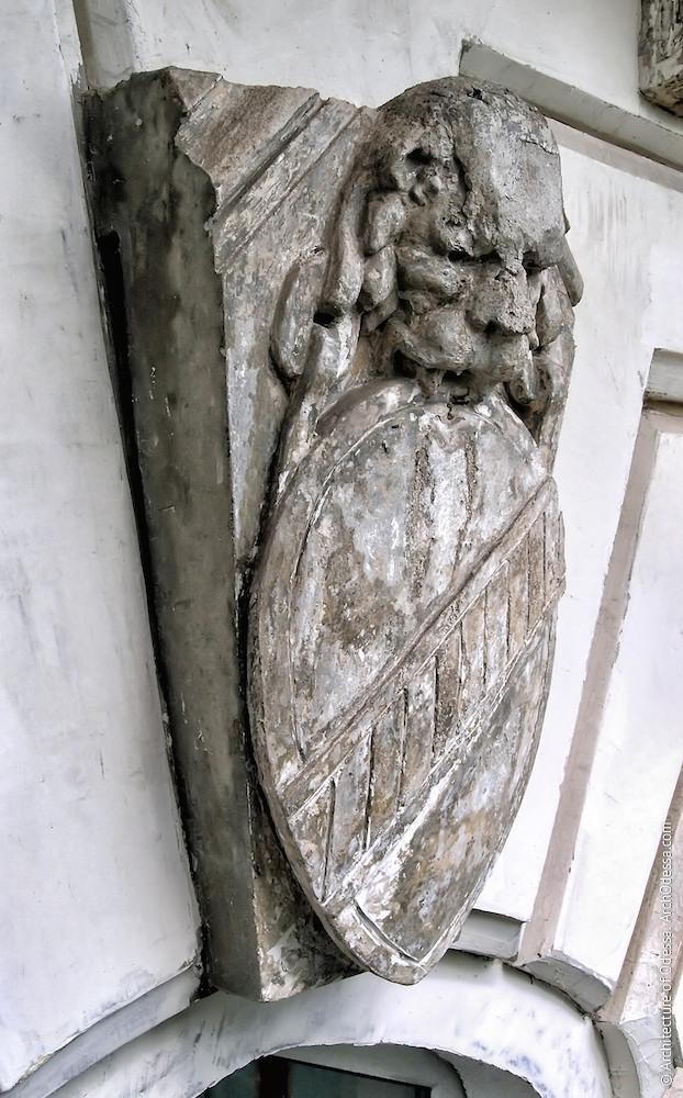 Геральдический замковый камень (правая сторона фасада) до реставрации