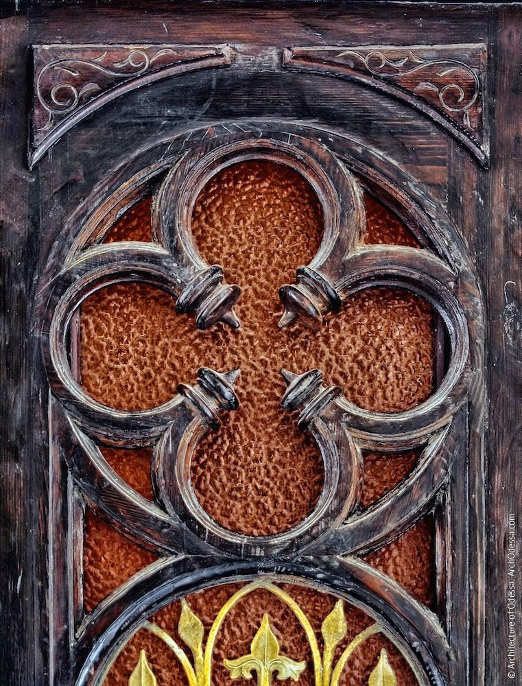 Фрагмент верхней части створки со стилизацией розы-четырехлистника