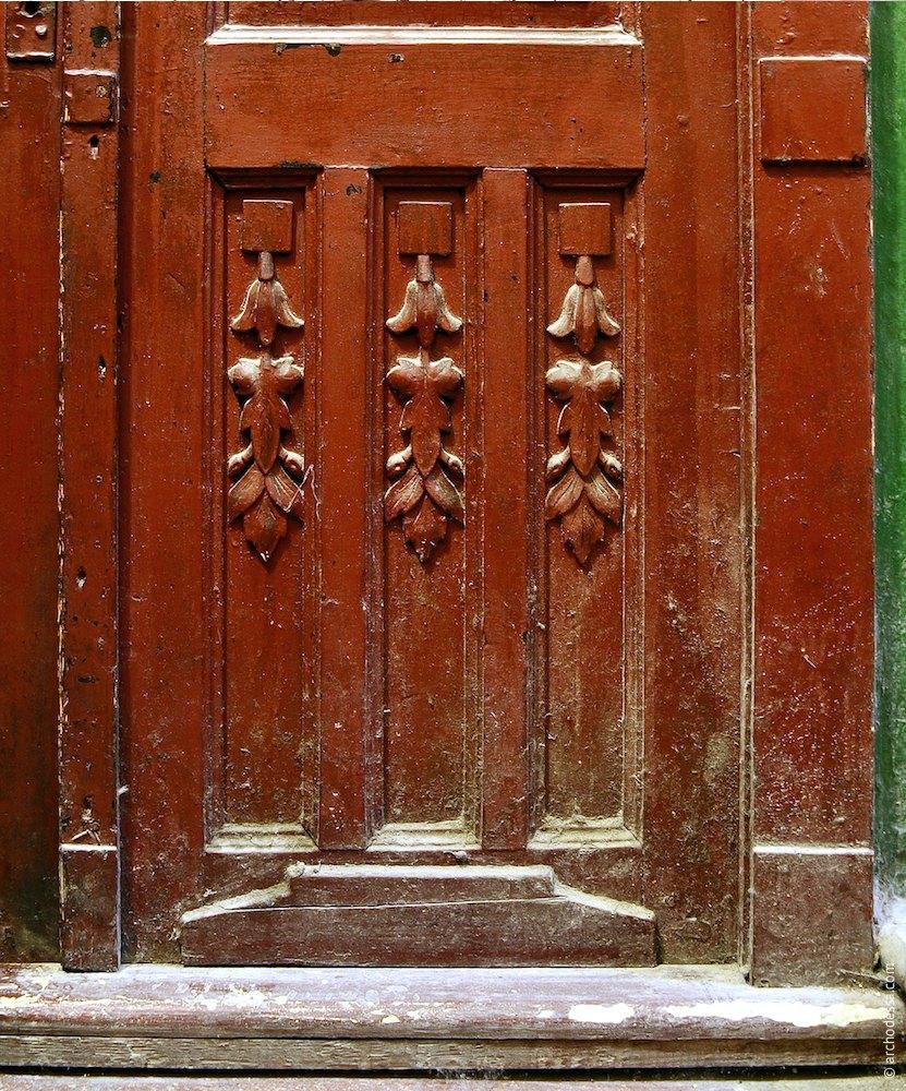Двустворчатая дверь (подъезд бокового флигеля), декор нижней части створки