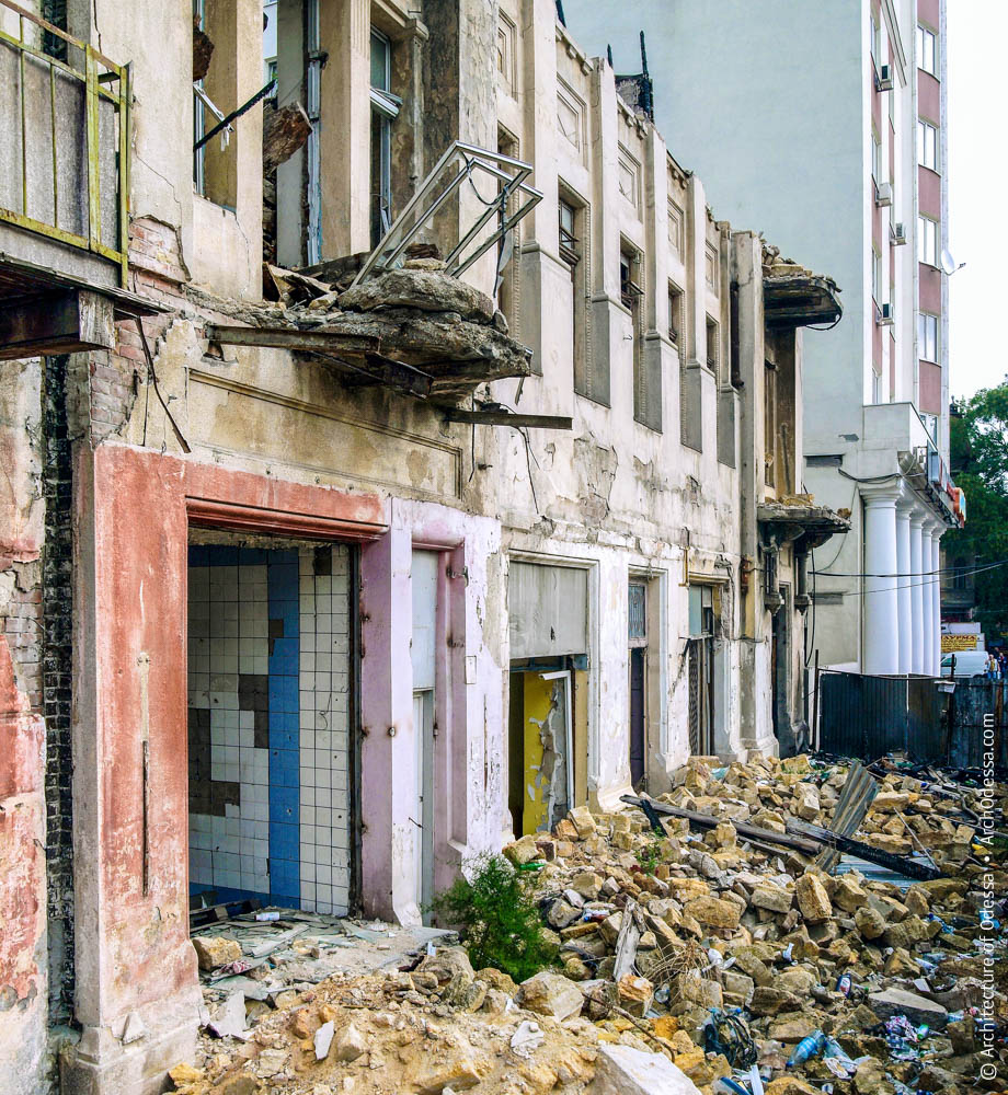 Фрагмент полуснесенного фасада доходного дома В. А. Дубинина в 2010 году