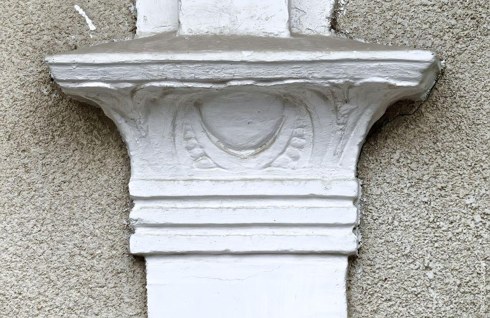 Capital of abutting column
