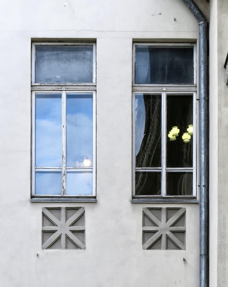 Вікна другого поверху і фільонки під ними