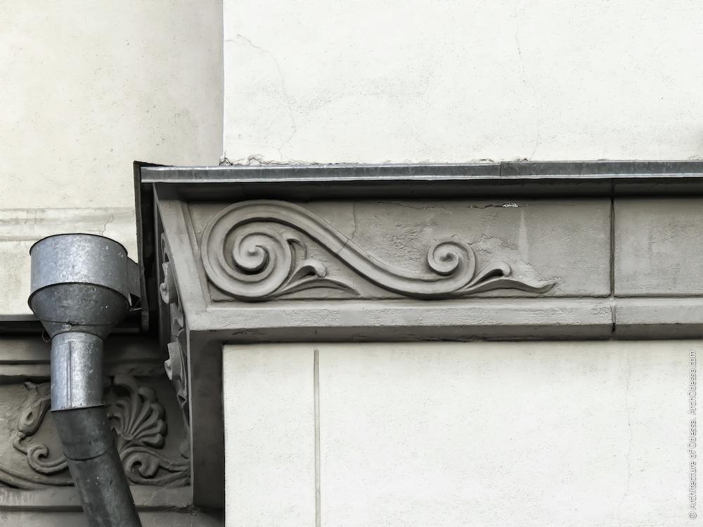 Ліпна деталь на розі карниза між барельєфом і каріотидами
